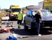 La responsable del atropello comprueba los daños en su coche