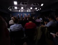 El Secretario de Defensa de EEUU, James N. Mattis y el Jefe de Estado Mayor Conjunto, Joseph F. Dunford, Jr. informan en el Pentágono sobre los ataques. EFE/EPA/SGT. AMBER SMITH