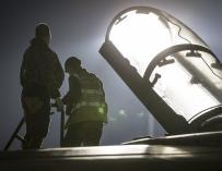 Un piloto de la RAF sube a la cabina de un Tornado en Akrotiri, Chipre, el 14 de abril de 2018 (EFE / EPA / Cpl L MATTHEWS)