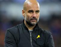 Guardiola con el lazo amarillo en un encuentro de la Premier (Foto: FA)