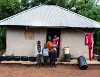 Fotografía de una de las familias destinatarias de la renta básica en Kenia.