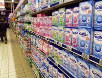Productos lácteos para bebés recomendados por la Sociedad Francesa de Pediatría (SFP) para reemplazar los de la marca Lactalis se exhiben en una estantería de un supermercado en Niza, Francia (EFE/EPA/SEBASTIEN NOGIER)
