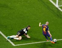 El centrocampista del FC Barcelona, Andrés Iniesta (d), supera al guardameta del Sevilla, David Soria para el cuarto (EFE/Juan Carlos Hidalgo)
