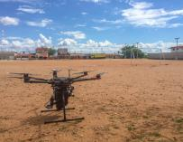 El dispositivo de liberación de mosquitos integrado en un dron comercial DJI M600 (werobotics)