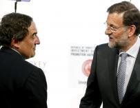 El presidente del Gobierno, Mariano Rajoy, con el presidente de CEOE, Juan Rosell.