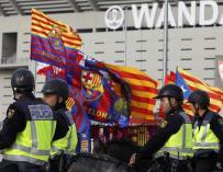 Banderas a la puerta del Wanda en la final de la Copa del Rey