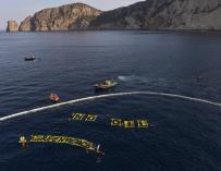 Greenpeace despliega barreras anticontaminación frente a las costas de Ibiza