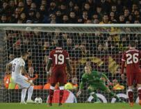 Diego Perotti (i) de la AS Roma anota de penalti el segundo gol de su equipo durante el partido de ida de semifinales de la Liga de Campeones entre el Liverpool FC y la AS Roma que se juega hoy, martes 24 de abril de 2018, en el estadio de Anfield de Liv