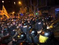 Los Mossos d´Esquadra impiden el paso de manifestantes en las inmediaciones de la Delegación del Gobierno en Barcelona.EFE/ Enric Fontcuberta.