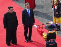 El líder norcoreano Kim Jong-un (i) y el presidente surcoreano, Moon Jae-in (d) revisan la guardia de honor en la Zona Desmilitarizada el 27 de abril de 2018 (EFE/ Korea Summit Press)