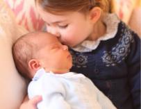 La princesa Charlotte con su hermanito (@KensingtonRoyal)
