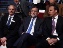 Imagen del presidente del Gobierno, Mariano Rajoy (c), junto al presidente de El Corte Inglés, Dimas Gimeno (d) y el fundador del World Retail Congress, Ian McGarrigle (i).