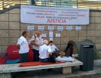 Roban por la noche en el campamento de los afectados por el cierre de Fórum y Afinsa en Madrid, en huelga de hambre