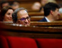 El candidato de JxCat a la presidencia de la Generalitat, Quim Torra, escucha las intervenciones de los portavoces de la oposición durante la primera sesión del pleno de su investidura a la presidencia de la Generalitat. EFE/Alberto Estévez