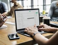 Trabajar más de ocho horas es la norma en muchas profesiones / Pixabay