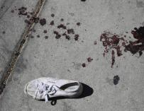 Vista de una zapatilla deportiva y de un rastro de sangre el 2 de octubre de 2017, cerca del lugar donde ocurrió un tiroteo mientras se llevaba a cabo un festival de música country, en Las Vegas, Nevada. EUGENE GARCIA EFE