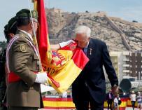 El exministro de Asuntos Exteriores José Manuel García-Margallo jura bandera en un acto civil organizado en el Puerto de Alicante. EFE/Manuel Lorenzo