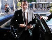 Rajoy bajando de un coche oficial