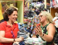Ana Botín con una comerciante en Brasil.