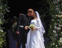 El Príncipe Harry y Meghan Markle se besan al salir de la Capilla de San Jorge en el Castillo de Windsor (EFE / EPA / NEIL HALL)