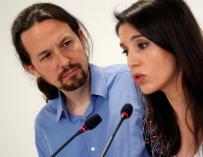 El secretario general de Podemos, Pablo Iglesias, y la portavoz parlamentaria, Irene Montero, durante su comparecencia hoy en rueda de prensa, en la que han anunciado que someterán sus cargos a la decisión de los inscritos de Podemos, tras la polémica sus