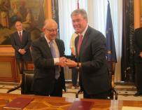 """Montoro y Fernández de Moya firman la cesión de la sede del Banco de España, que incluye """"permutas"""" de activos"""