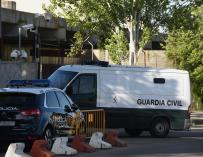 Un furgón de la Guardia Civil entra en la Audiencia Nacional donde hoy tiene lugar la undécima y previsiblemente última jornada del juicio contra los ocho presuntos agresores de dos guardias civiles en Alsasua (Navarra),