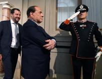 El líder de la coalición de derechas, Matteo Salvini, (i) junto al líder del partido Forza Italia, Silvio Berlusconi, (c), el  7 de mayo de 2018. EFE/ Ettore Ferrari