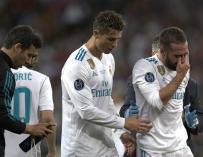 Dani Carvajal sale llorando del campo después de lesionarse en la final de la UEFA Champions League (EFE / EPA / SEDAT SUNA)
