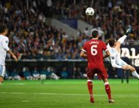 Gareth Bale anota el 2-1 durante la final de la UEFA Champions League entre Real Madrid y Liverpool (EFE / EPA / GEORGI LICOVSKI)
