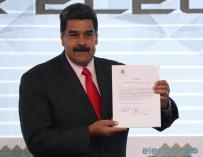 Maduro, recibe la credencial como mandatario electo./ EFE