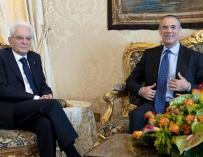 El presidente italiano, Sergio Cottarelli (dcha), se reúne con el encargado de formar Gobierno en Italia, el economista Carlo Cottarelli (dcha), en el Palacio Quirinalen Roma (Italia)