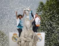 El defensa y capitán del Real Madrid, Sergio Ramos (d), alza la copa en la plaza de Cibeles, junto a su compañero el brasileño Marcelo, (EFE/ Javier Lizón)