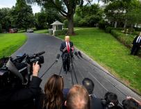 Donald J. Trump habla con los medios de comunicación en la Casa Blanca