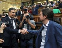 Pedro Sánchez saluda al líder de Podemos, Pablo Iglesias, en el hemiciclo del Congreso