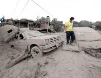 Los afectados buscan desesperadamente supervivientes entre el desastre