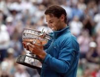 Rafael Nadal celebra con el trofeo después de ganar su undécimo título del Abierto de Francia contra Dominic Thiem (EFE / EPA / CHRISTOPHE PETIT TESSON)