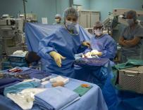 Fotografía de médicos trabajando en un quirófano.