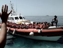 El Aquarius transferirá 500 migrantes a dos barcos italianos