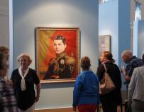 Los visitantes miran el retrato del futbolista portugués Cristiano Ronaldo del artista italiano Fabrizio Birimbelli en el Museo de la Academia Rusa de las Artes (EFE / EPA / ANATOLY MALTSEV)