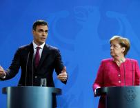 Pedro Sánchez en rueda de prensa en Berlín con Angela Merkel.
