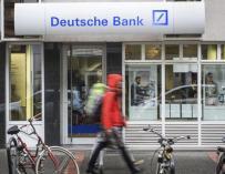 Peatones caminan junto a una sucursal de Deutsche Bank. (EFE)
