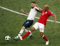 Giroud y Jorgensen pugnan por un balón. /EFE
