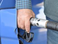 Los precios de los carburantes rompen con cuatro semanas de alzas y dejan atrás los máximos del verano