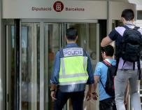 La policía entrando a la Diputación de Barcelona. / EFE