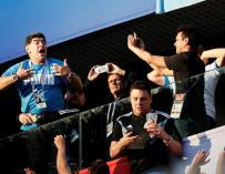 Fotografía de Maradona arengando a los aficionados en el Mundial.