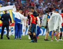 El seleccionador español Fernando Hierro abraza al defensa español Jordi Alba (c) tras el partido España-Rusia, de octavos de final del Mundial de Fútbol de Rusia (EFE/Alberto Estévez)