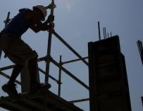 Los 'pistoleros' vuelven a reclutar trabajadores en negro para la construcción. (EFE)