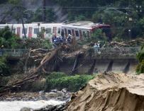 Un tren descarriló debido a las fuertes lluvias en Karatsu, en la prefectura de Saga, Japón, el 7 de julio de 2018 (EFE/EPA/JIJI PRESS)