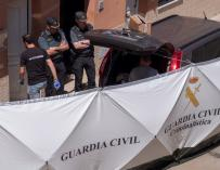 Agentes de la Guardia Civil en la vivienda donde hoy un hombre rumano ha matado supuestamente a su pareja, una joven de 24 años de la misma nacionalidad, tras una discusión y se ha dado a la fuga. EFE/Julián Pérez
